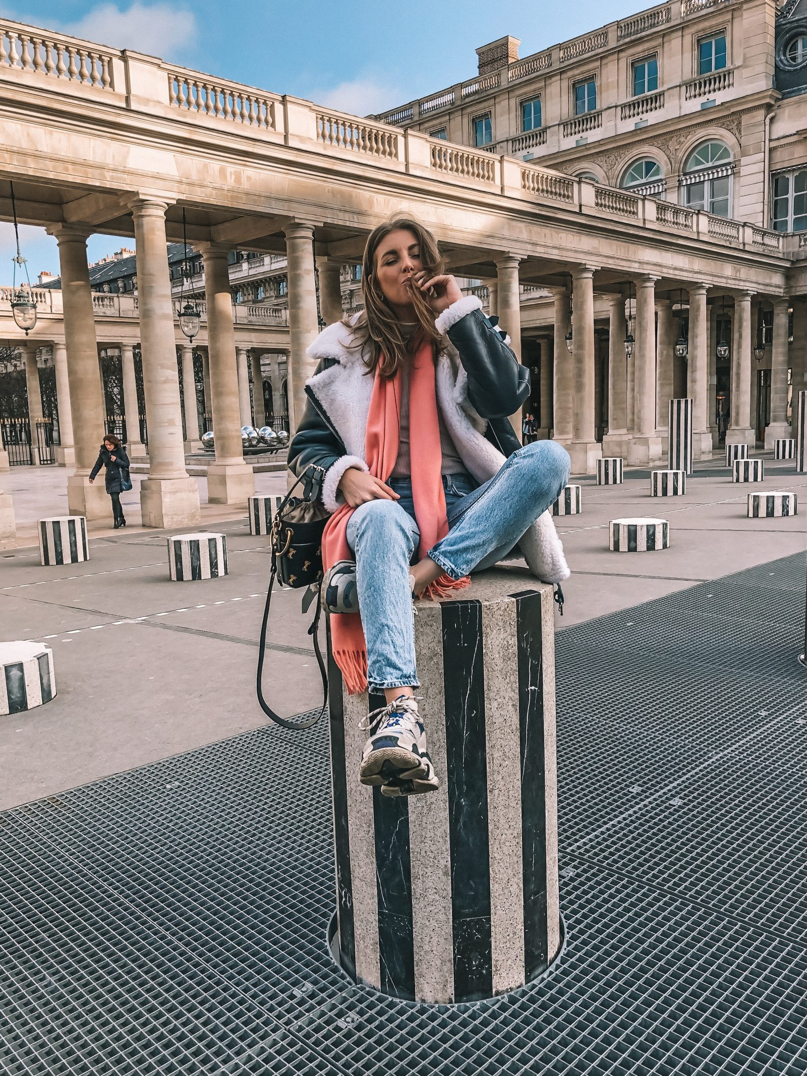 Paris City Guide - Black & White Collumns